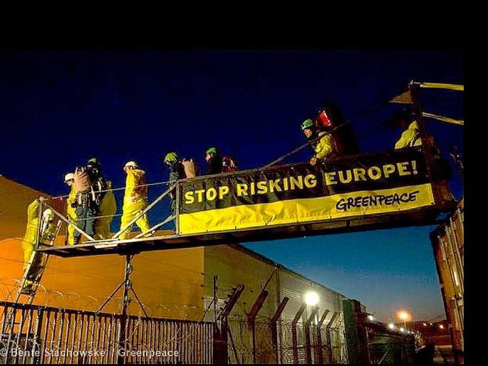 Die Aktivisten von Greenpeace gelangen...ände des Atomkraftwerks in Fessenheim.  | Foto: Greenpeace.fr