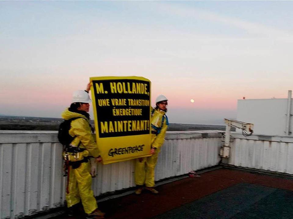 Die Aktivisten protestieren auf dem AKW-Gelände.  | Foto: Greenpeace.fr