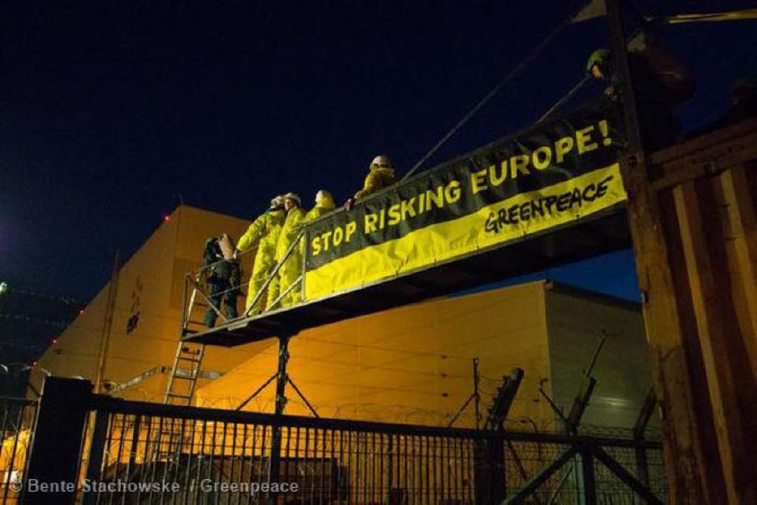 Im Morgengrauen gingen die Demonstrant... selbstgebaute Brücke aufs AKW-Gelände  | Foto: Bente Stachowske