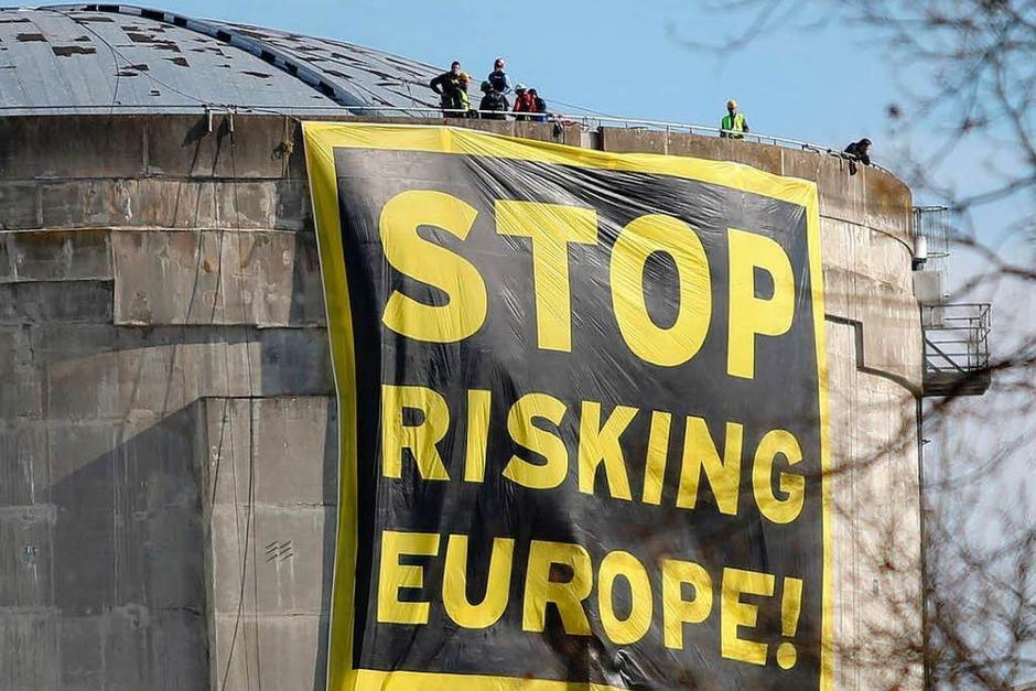 60 Greenpeace-Aktivisten sind auf das Gelände des elsässischen AKW Fessenheim eingedrungen. Dort starteten sie eine spektakuläre Protestaktion. (Foto: Oliver Huber)