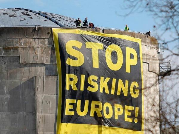 60 Greenpeace-Aktivisten sind auf das Gelände des elsässischen AKW Fessenheim eingedrungen. Dort starteten sie eine spektakuläre Protestaktion.