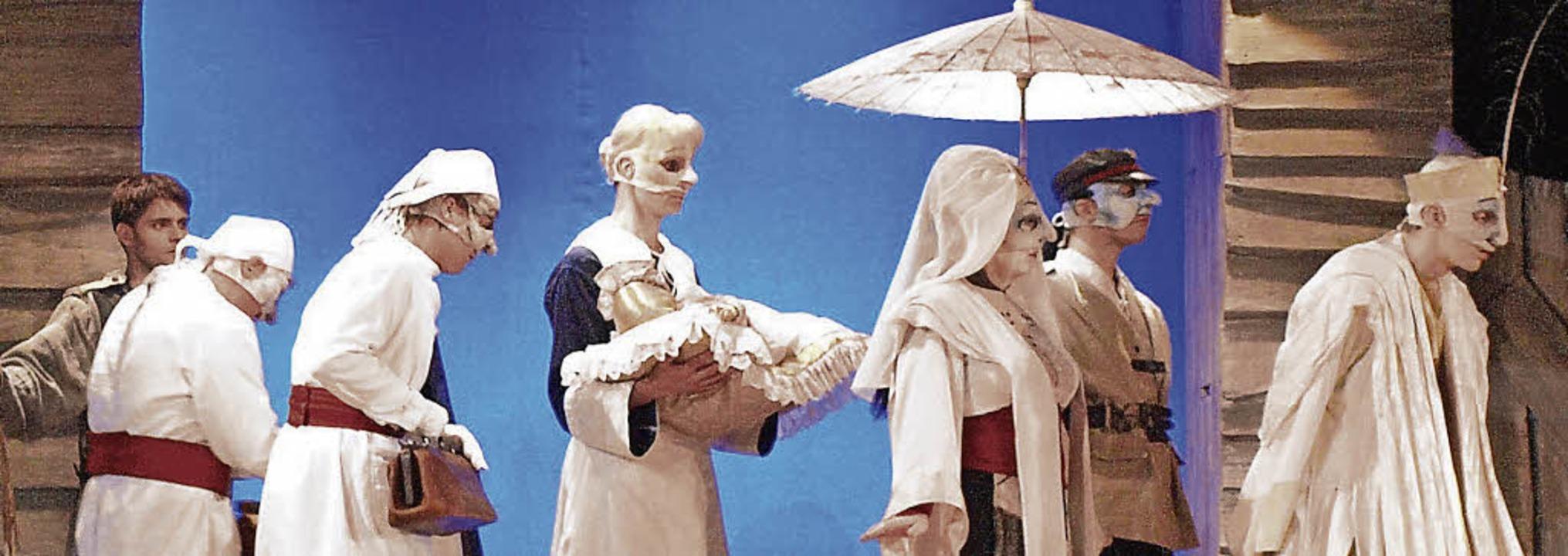 Szene aus dem Stück: Das hohe Kind wir...r lässt sie es auf der Flucht zurück.   | Foto: Marion Pfordt