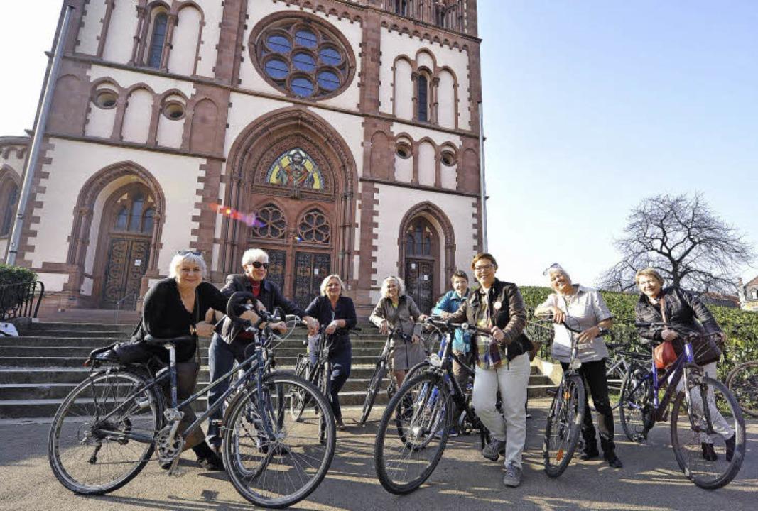 Vom Stühlinger Kirchplatz startete die Frauen-Radtour durch den Stadtteil.     Foto: Rita Eggstein