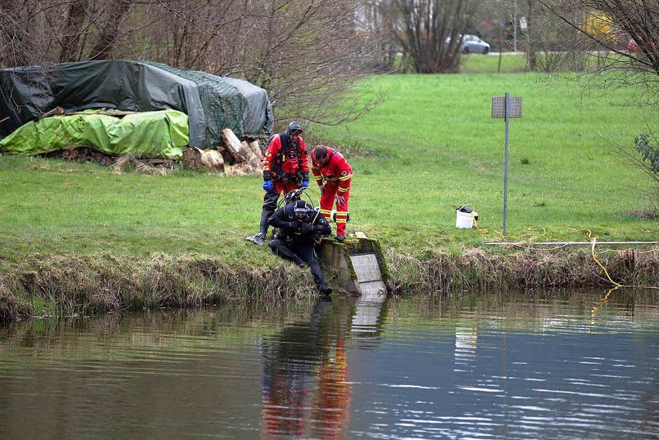 Bluttat in Biederbach: Taucher suchen Weiher nach Spaten ab (Foto: Daniel Fleig)