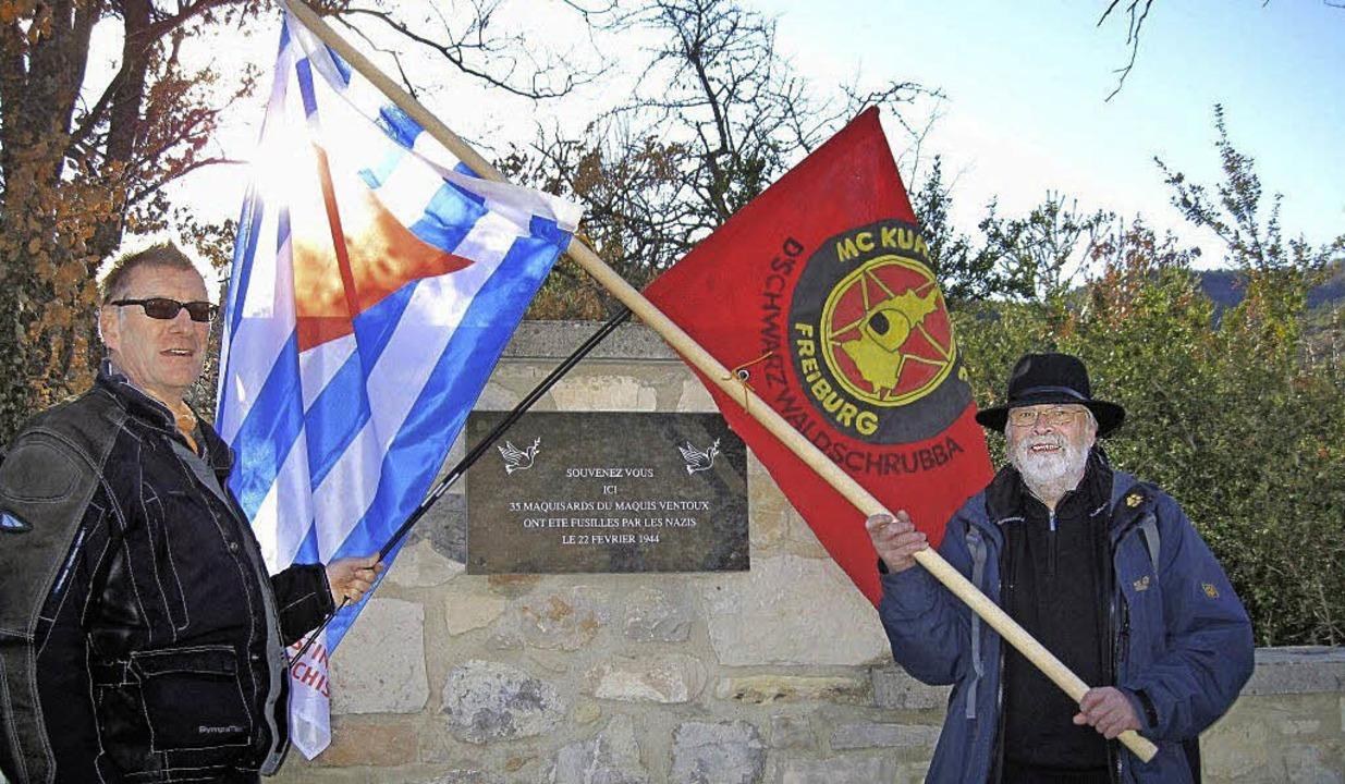 Flagge zeigen am Ort der Exekution: Bernd Obrecht (l.) und Hans-Peter Goerges   | Foto: Bernd Obrecht