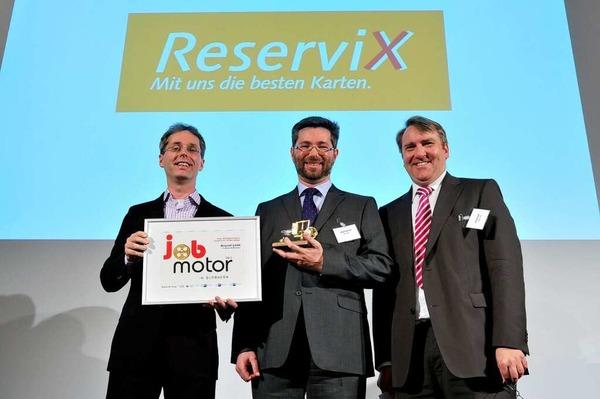 Preisverleihung des Jobmotor 2013 in der Meckelhalle der Sparkasse Freiburg-Nördlicher Breisgau. (von links) Johannes Tolle und Johannes Güntert (beide Reservix) und Laudator Andreas Kempff (Geschäftsführer IHK Südlicher Oberrhein)