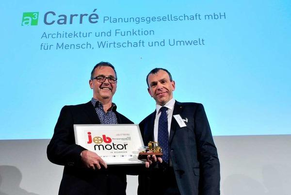 Preisverleihung des Jobmotor 2013 in der Meckelhalle der Sparkasse Freiburg-Nördlicher Breisgau. Klaus Wehrle (li.) vom Architekturbüro Carré in Bleibach mit Laudator Bernd Rigl (Vorstandsmitglied Sparkasse Freiburg-Nördlicher Breisgau)