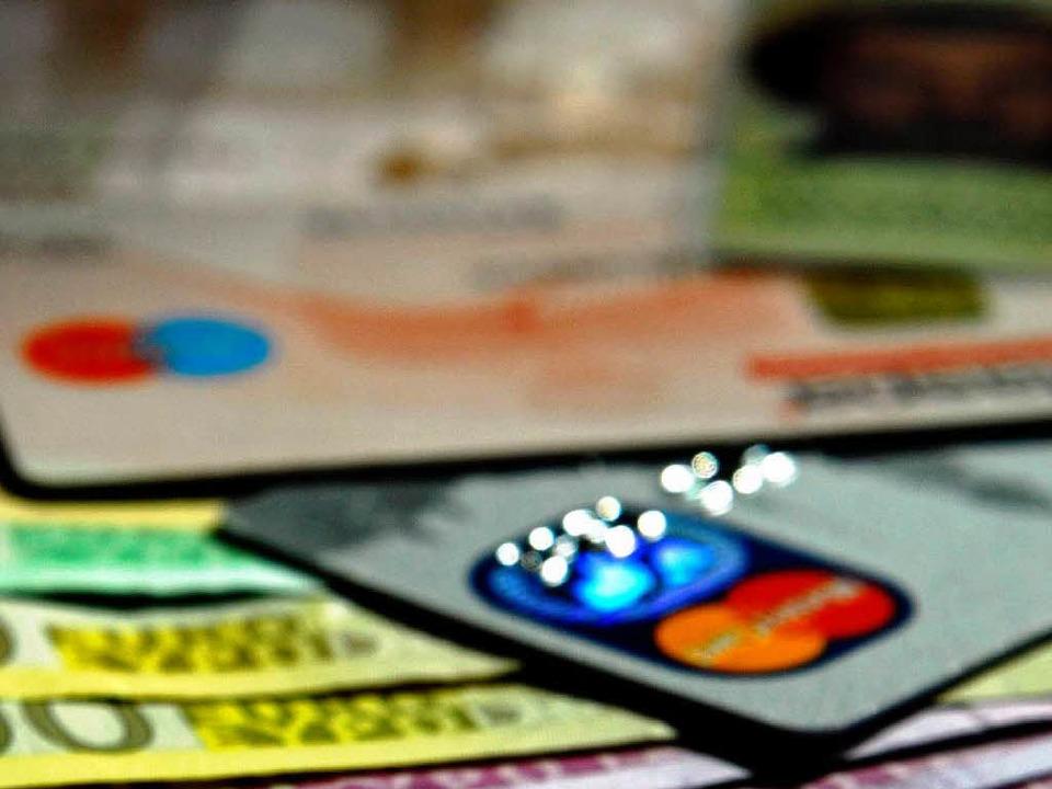 Händler schlagen die Gebühren für den ...teneinsatz zumeist auf ihre Preise um.    Foto: gms