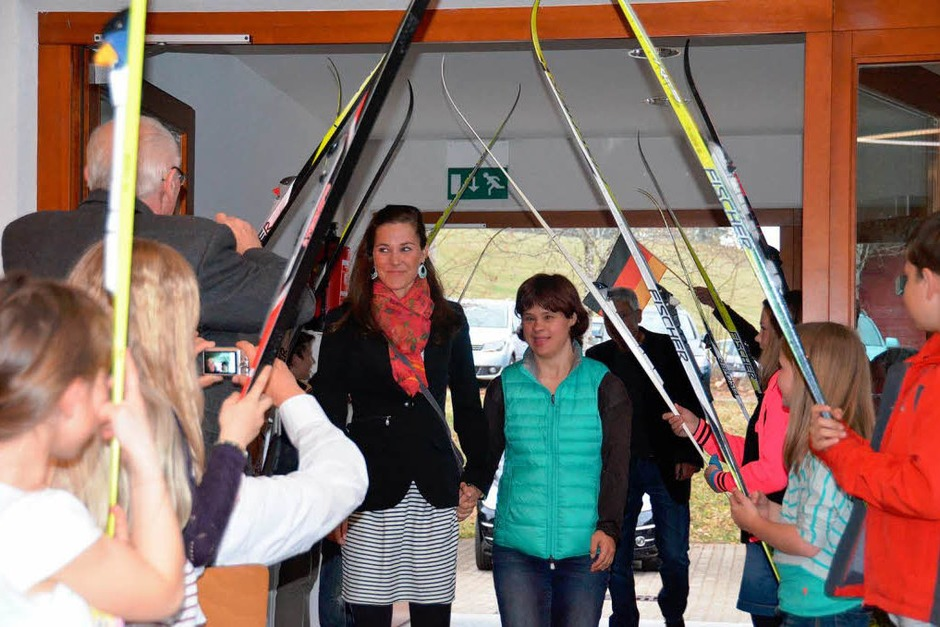 Großer Empfang: Die Kinder im SC Ibach stehen Spalier, als Steffi und Barbara Böhler in die Halle kommen. (Foto: Sebastian Barthmes)