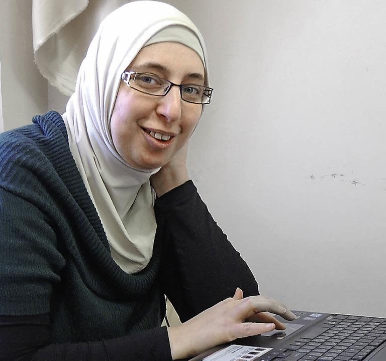 Dua Zeitun spricht mit   Muslimen über ihr Verhältnis zum Salafismus.  | Foto: Akiko Lachenmann