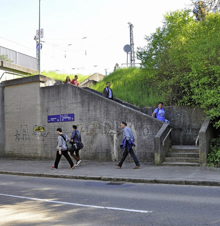 Über  Treppen gelangen Reisende auf die  jeweils andere Seite des Bahnhofs.  | Foto: Rainer Ruther