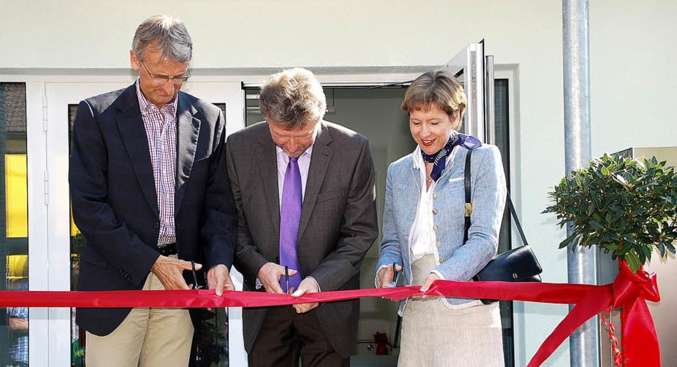 Das rote Band zur Eröffnung des neuen ...chönbett und Landrätin Marion Dammann.  | Foto: Edgar Steinfelder