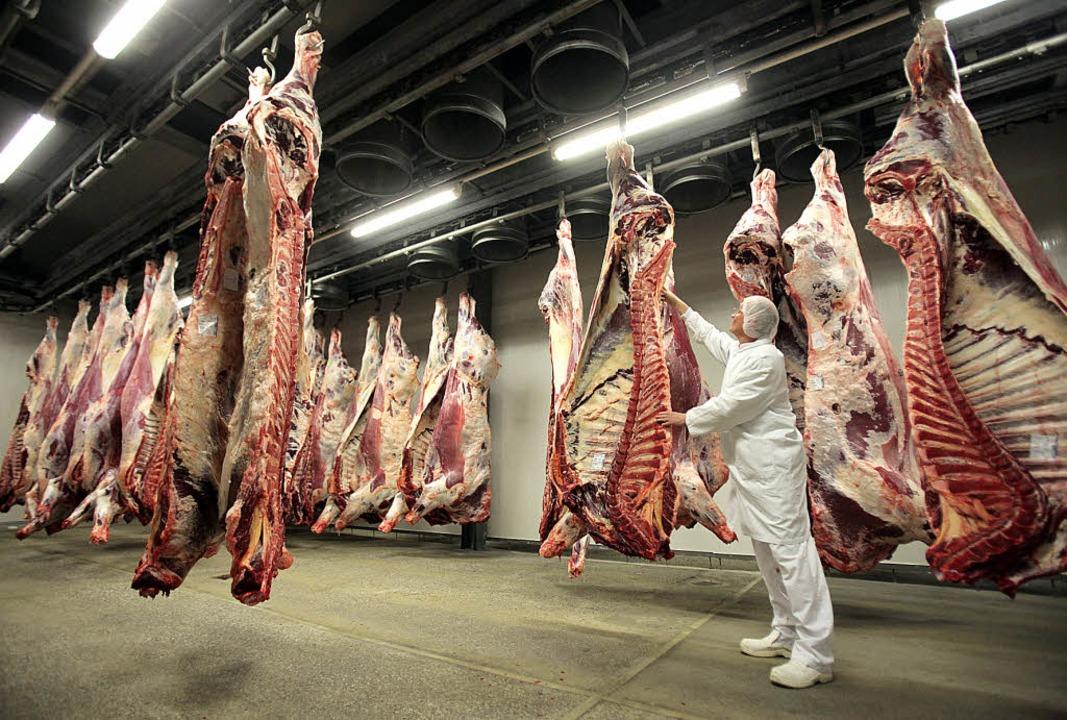Tiere zerlegen im Akkord – und a...eiben nach den Abzügen 100 Euro übrig.  | Foto: dpa/Honnigfort