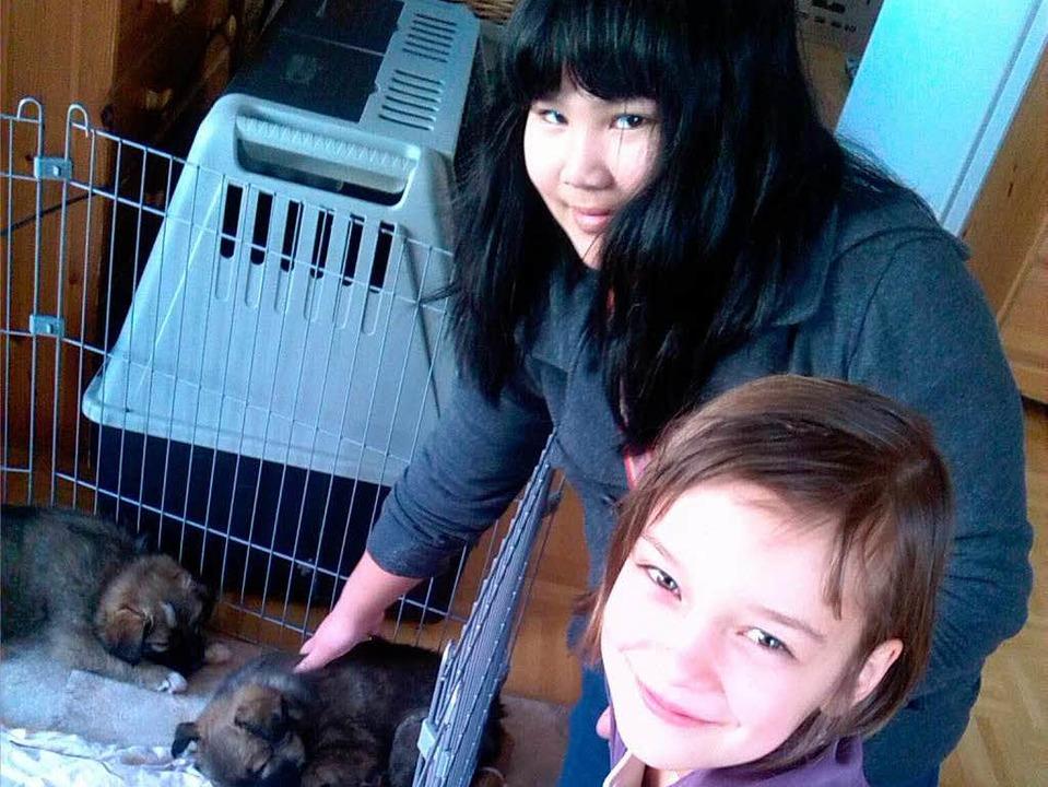 Vanessa Phong und Sophia Kiefer mit Hundewelpen.   | Foto: privat
