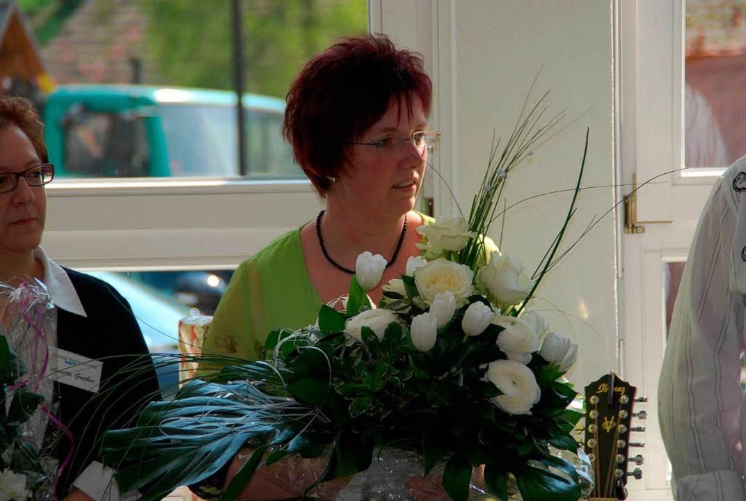 Blumen gab's für Hauptamtsleiterin Claudia Brachlow.  | Foto: Edgar Steinfelder