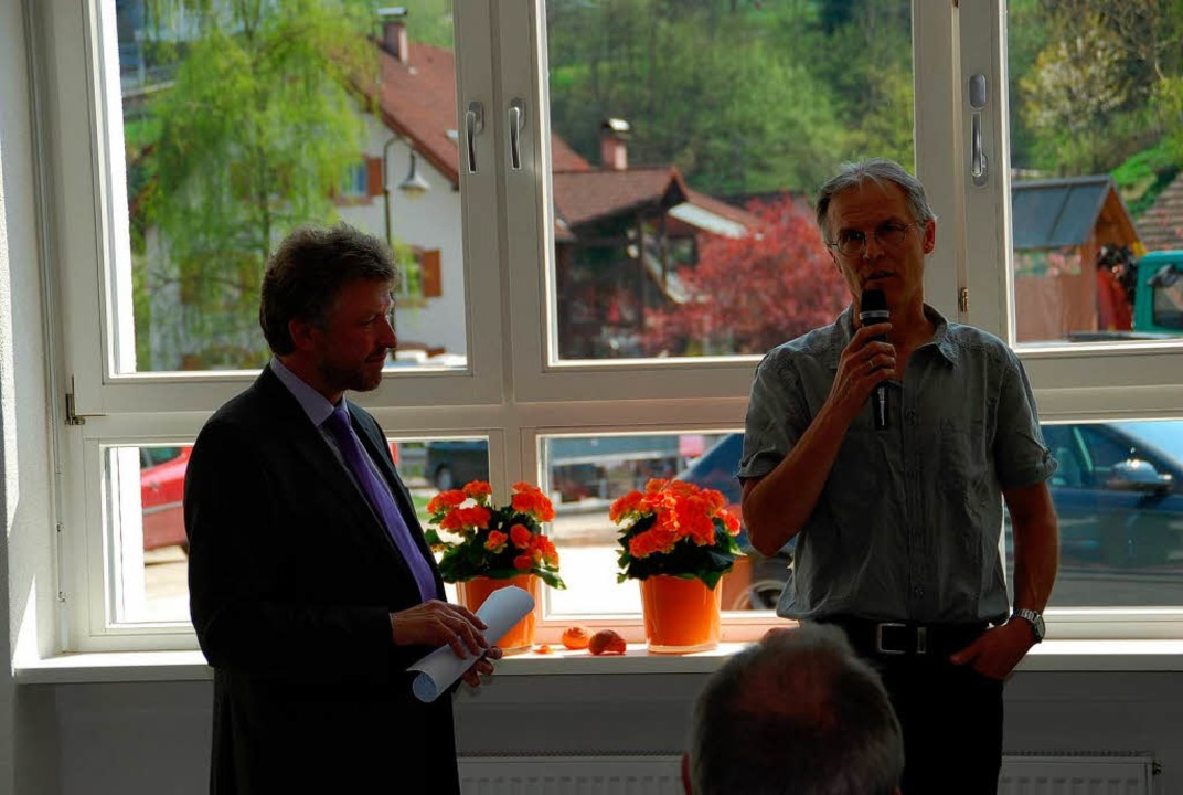 Bürgermeister Schönbett mit Ideengeber Günter Giesin (rechts).  | Foto: Edgar Steinfelder