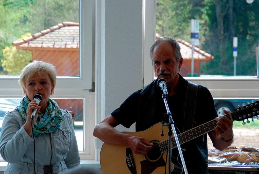Das Duo Spätschicht mit Andreas Schaffrinna und Frau sorgte für Stimmung.  | Foto: Edgar Steinfelder