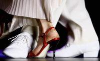 Umarmung der Paare zum passionierten Tanz