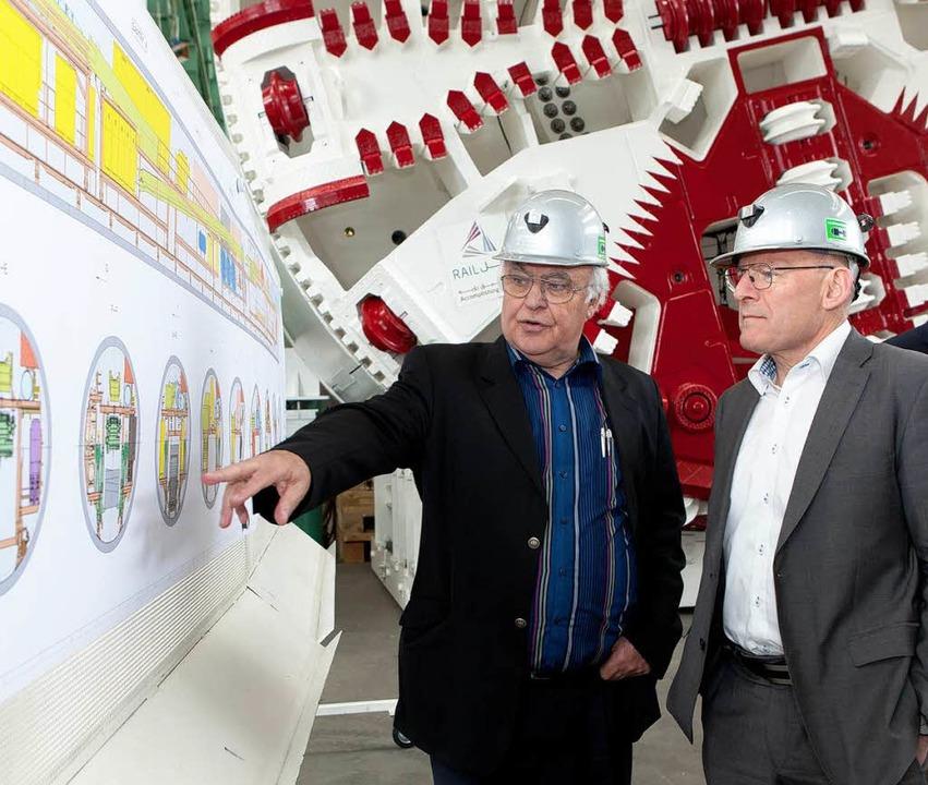 Martin Herrenknecht zeigt Winfried Hermann seine Tunnelbohrmaschinen.  | Foto: Herrenknecht