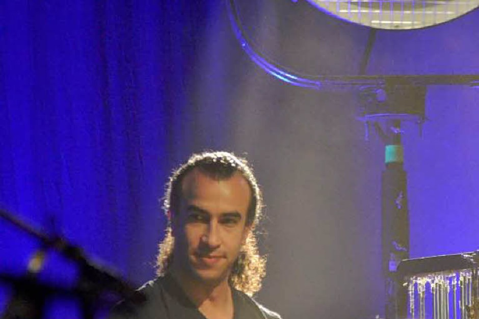 Steuert die besonderen Rhythmen bei: Der marokkanische Percussionist Rhami Krija (Foto: Hans-Peter Müller)