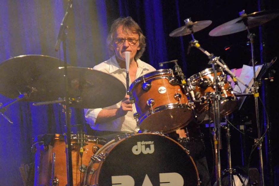 Kein Mikro, sondern den Besen vor dem Mund: Seit 27 Jahren sitzt Jürgen Zöller beriets bei BAP hinter dem Schlagzeug. (Foto: Hans-Peter Müller)