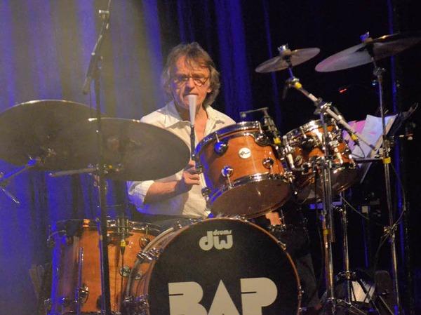 Kein Mikro, sondern den Besen vor dem Mund: Seit 27 Jahren sitzt Jürgen Zöller beriets bei BAP hinter dem Schlagzeug.