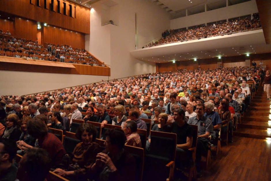 Diesmal brav in Reih und Glied: Das Freiburger Publikum im bestuhlten Konzerthaus (Foto: Hans-Peter Müller)