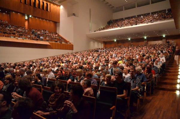 Diesmal brav in Reih und Glied: Das Freiburger Publikum im bestuhlten Konzerthaus