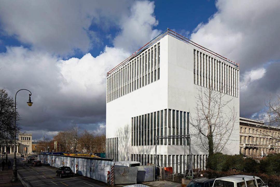 Der weiße Kubus  des NS-Dokumentations...une Haus, die NS-Parteizentrale, war.   | Foto: NS-Dokumentationszentrum München/Jens Weber