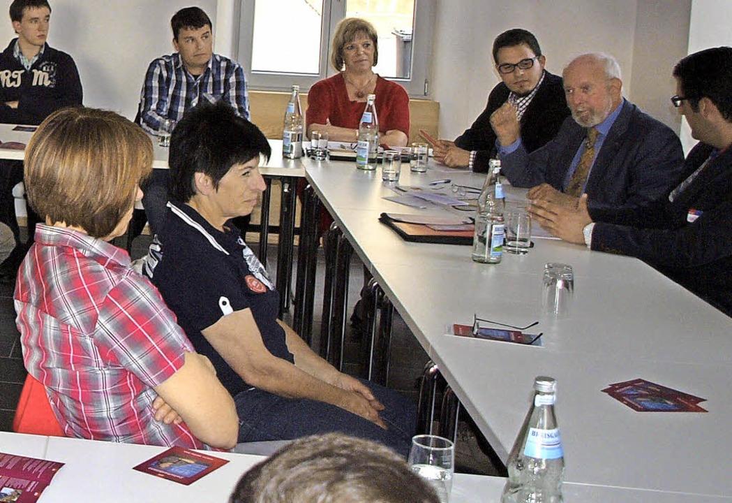 Ernst Ulrich von Weizsäcker bei der SPD in Wyhl.   | Foto: Haberer