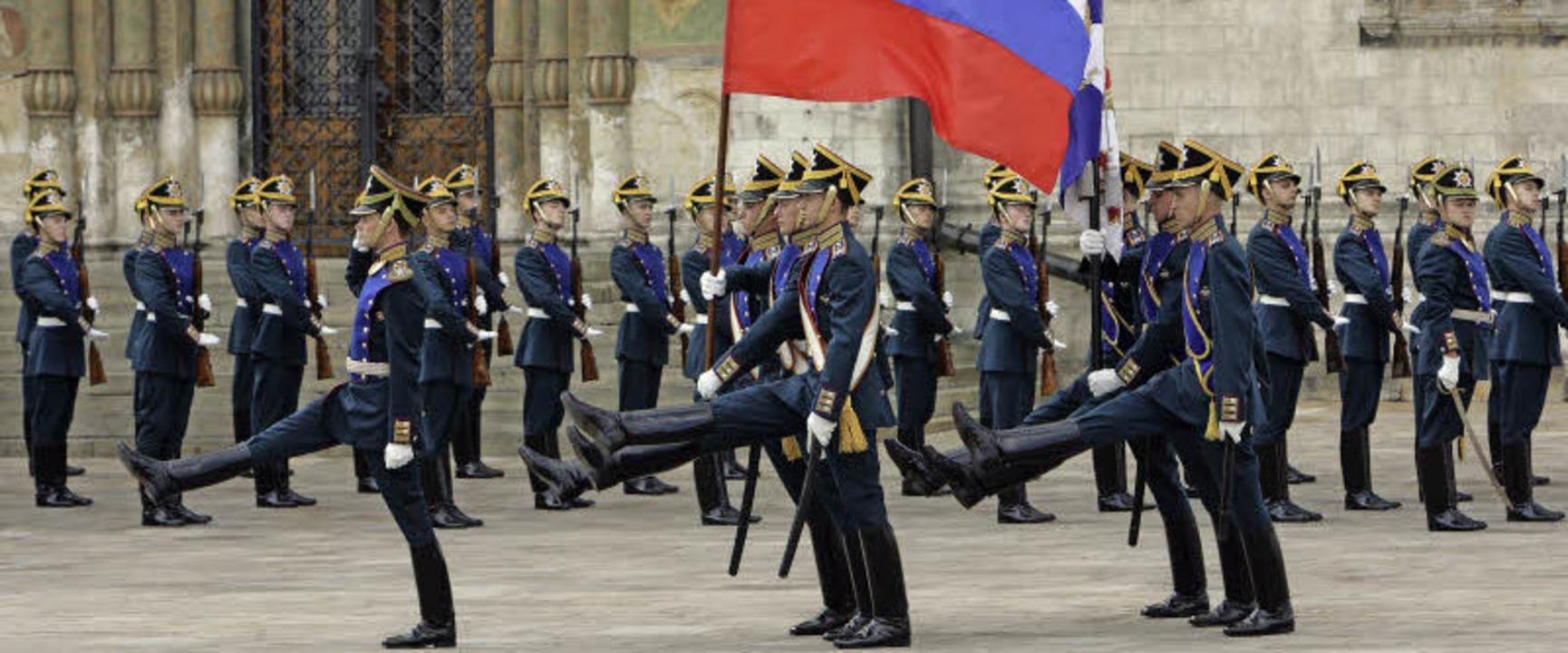 Eine russische Ehrenformation marschie...n Russlands stolze Vergangenheit auf.   | Foto: dpa