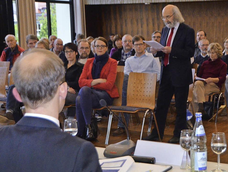 Manfred Mutter (stehend), Sprecher der...die Sanierungsentscheidung der Roche.   | Foto: Ralf H. Dorweiler