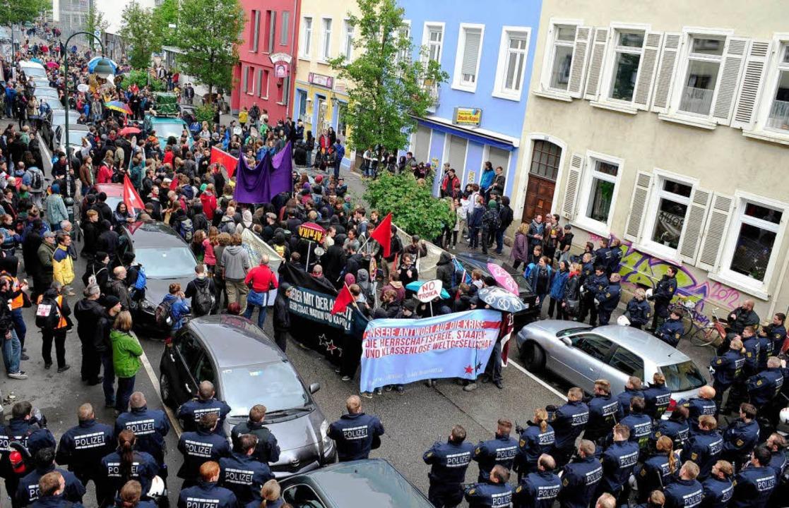 Die Polizei hat die alternative Demo in der Moltkestraße gestoppt.     Foto: Thomas Kunz