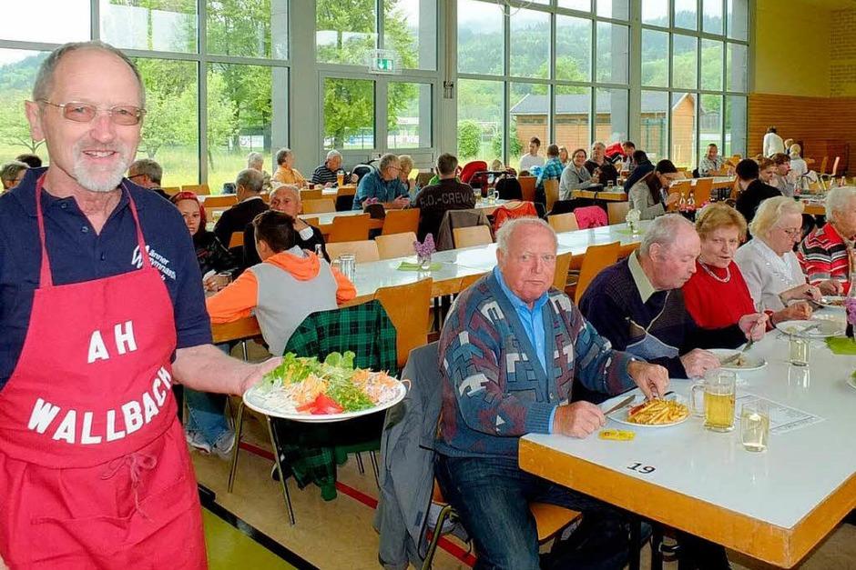 Mai o Mai! Rolf Kammerer  ist einer der Alten Herren des FC Wallbach, die seit  25 Jahren die Bewirtung  übernehmen). (Foto: Johannes Wasmer)