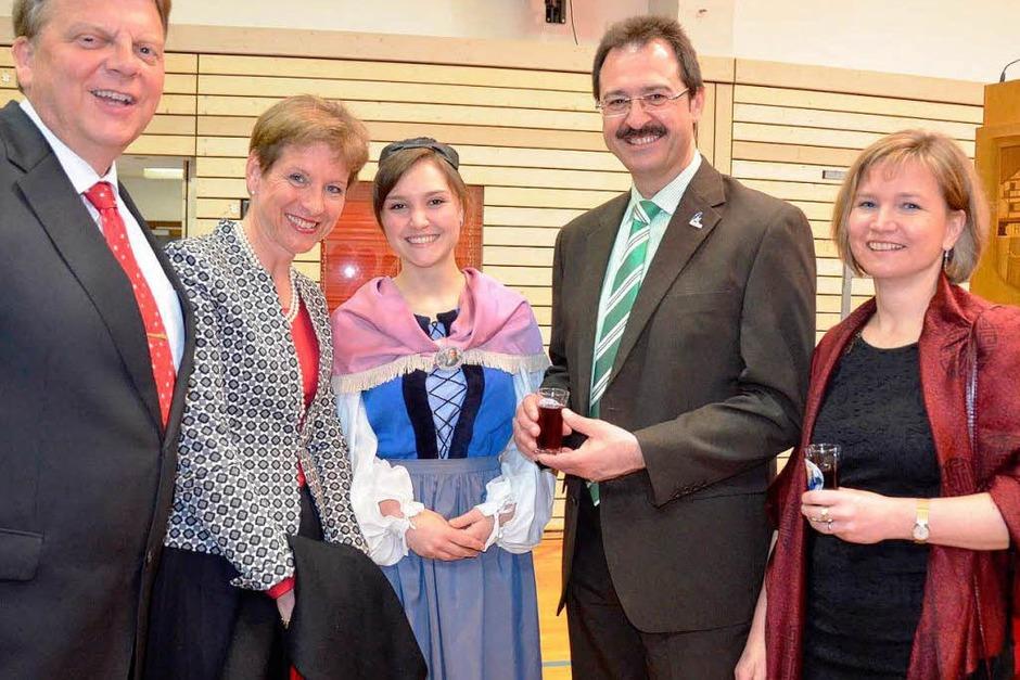 Hoher Besuch beim Hebelabend: Landrätin Marion Dammann mit ihrem Ehegatten links und rechts Bürgermeister Martin Bühler mit Frau und Tochter (Vreneli in der Mitte) (Foto: Angelika Schmidt)
