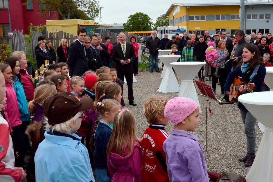 Drei flotte Lieder zur Eröffnung steuert der Grundschulchor bei (Foto: Manfred Frietsch)