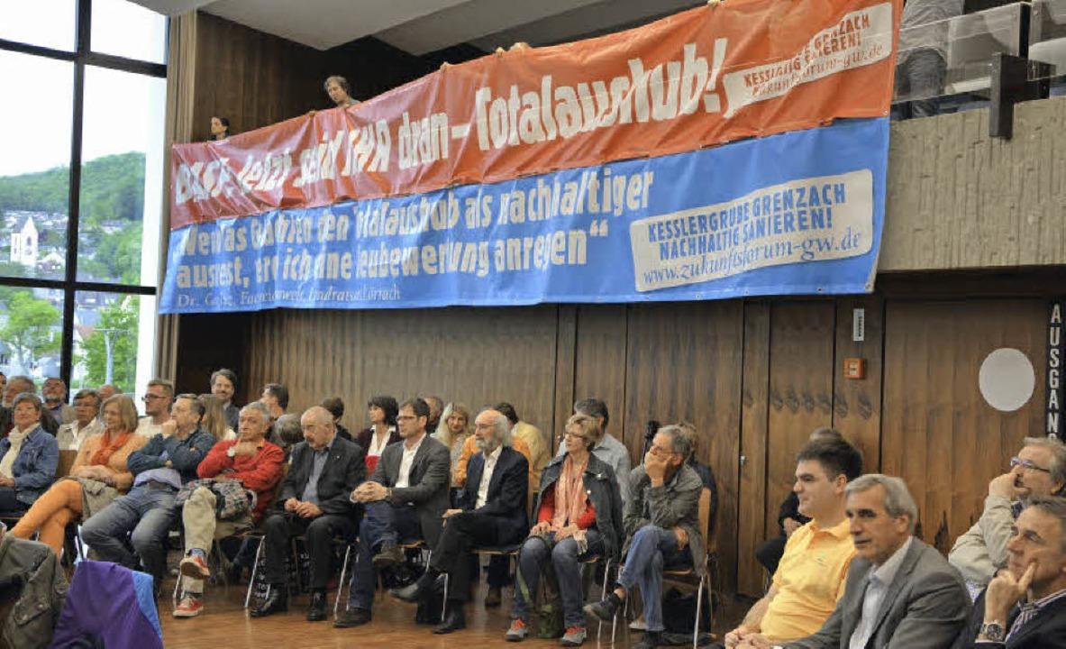 Mitglieder der BI Zukunftsforum spannen Banner in der Ausschusssitzung auf.   | Foto: Ralf H. Dorweiler