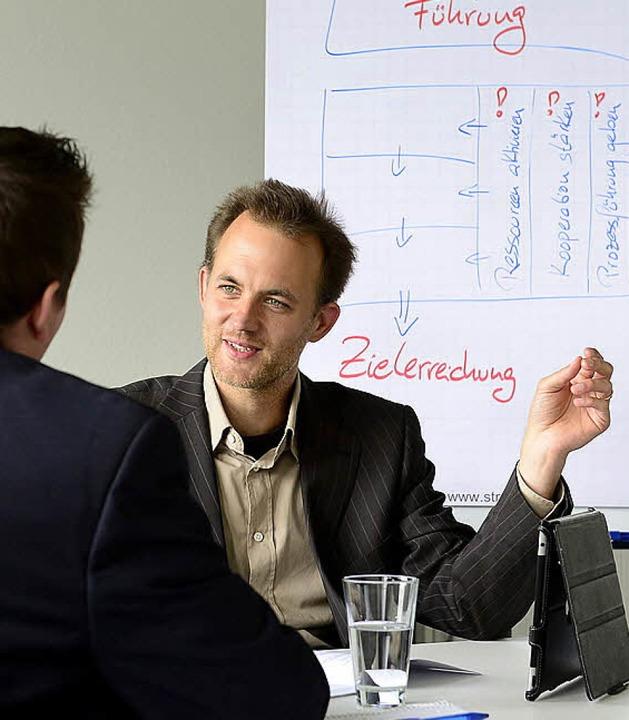 Peter Behrendt vermittelt einem Klient...hrungskraft erfolgreicher werden kann.  | Foto: Ingo Schneider