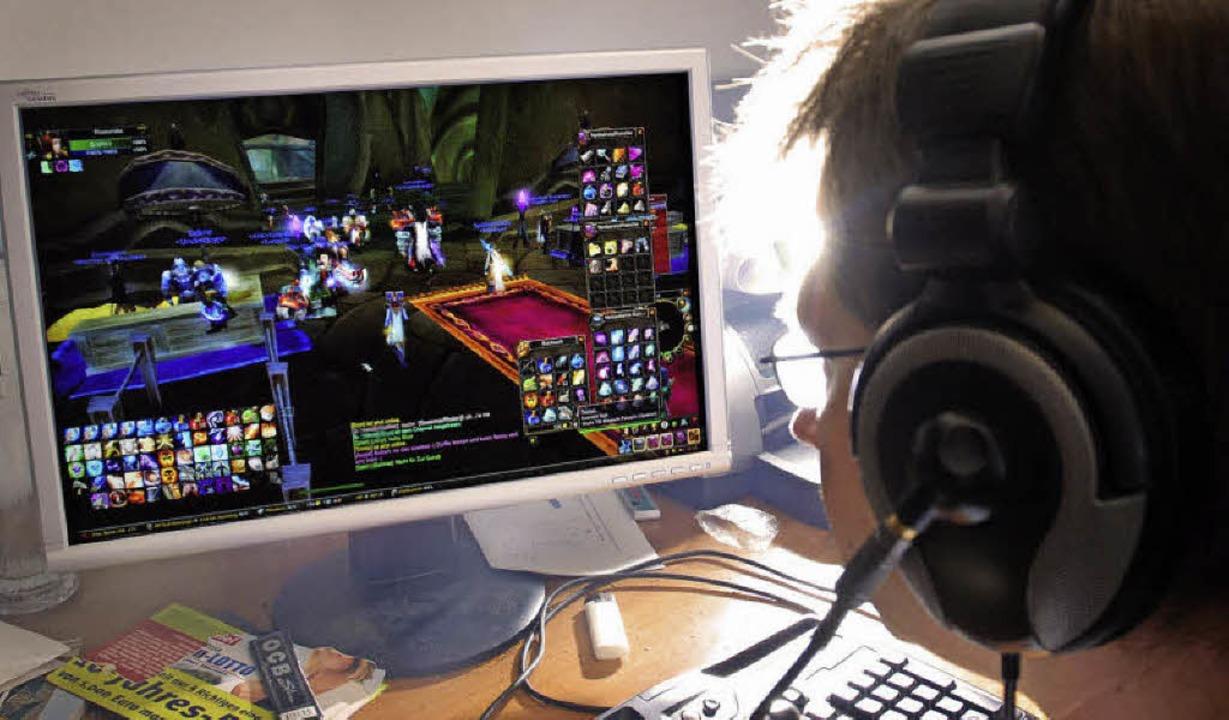 Stundenlang vor dem Bildschirm: Computerspielen kann zur Sucht werden.   | Foto: dpa