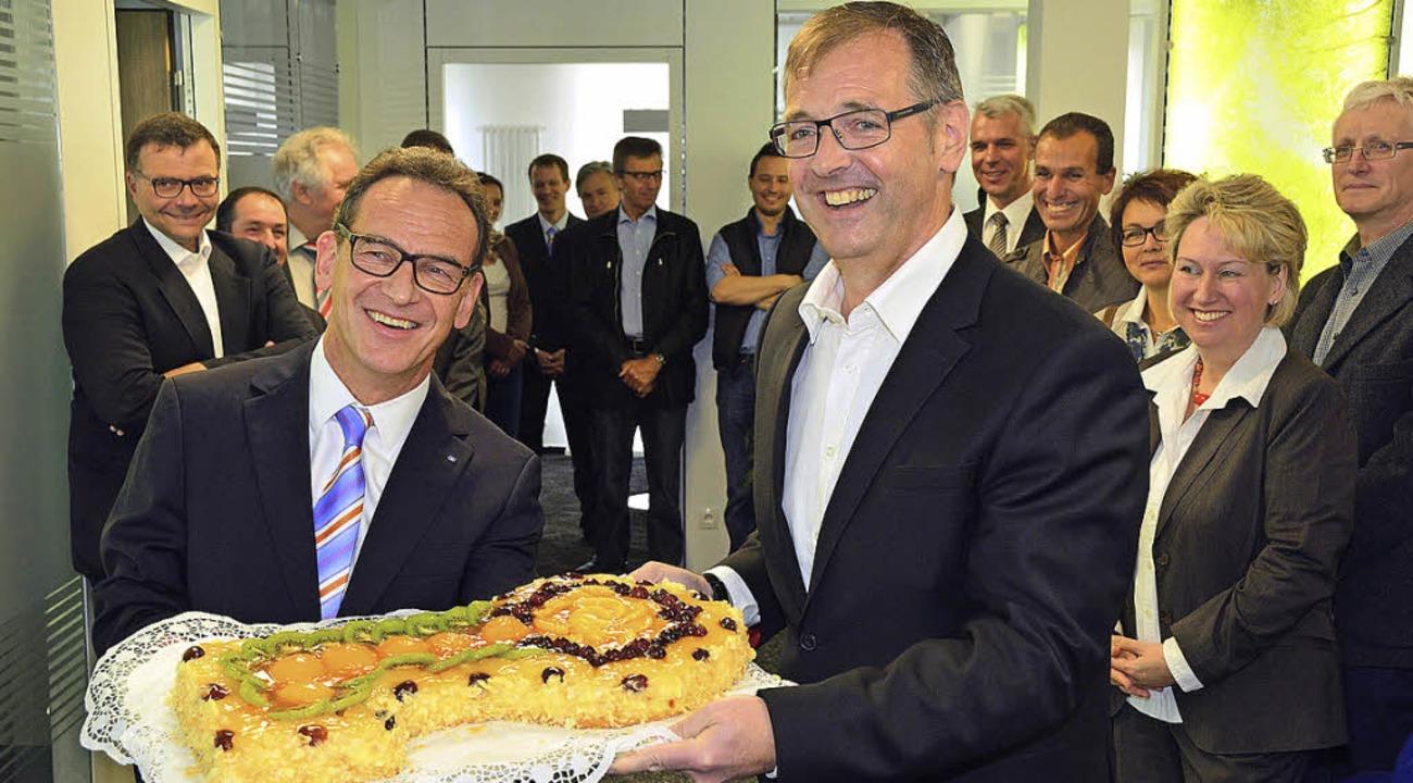 Volksbank-Vorstandssprecher Karl-Heinz...elle in Waldkirch Buchholz überreicht.  | Foto: ZVG