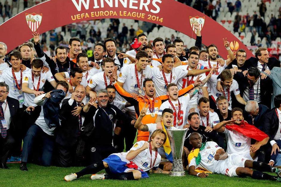 Feiernde Spanier, traurige Portugiesen: Nach 120 Minuten musste das Elfmeterschießen entscheiden und Sevilla hatte mehr Glück. (Foto: dpa)