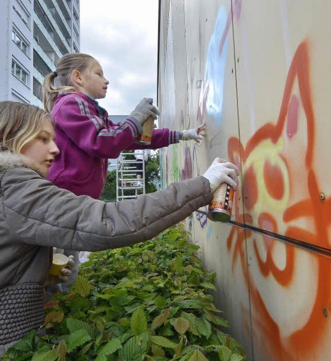 Ein richtig schönes Graffito wünschte ...abeth (links) und Marie   machten mit.  | Foto: Michael Bamberger