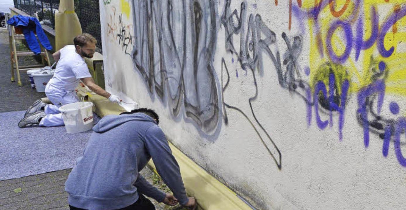 Wie hier an der Garage  am Hurstweg au...nsgesamt 59 Orten  Graffiti entfernt.   | Foto: Michael Bamberger