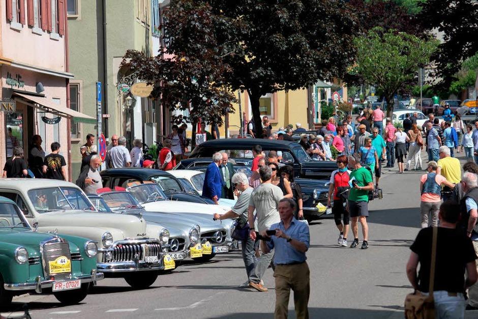 Schicke Autos, Prachtstücke längst vergessener Marken: Auf dem Marktplatz in Sulzburg wurden Oldtimer-Fans fündig. (Foto: Erik Stahlhacke)