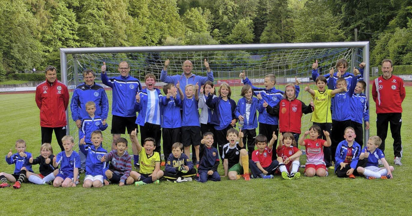 Die Jugendkicker der Alemannia Müllhei...B-Mobil im Eichwaldstadion zu Besuch.     Foto: Privat