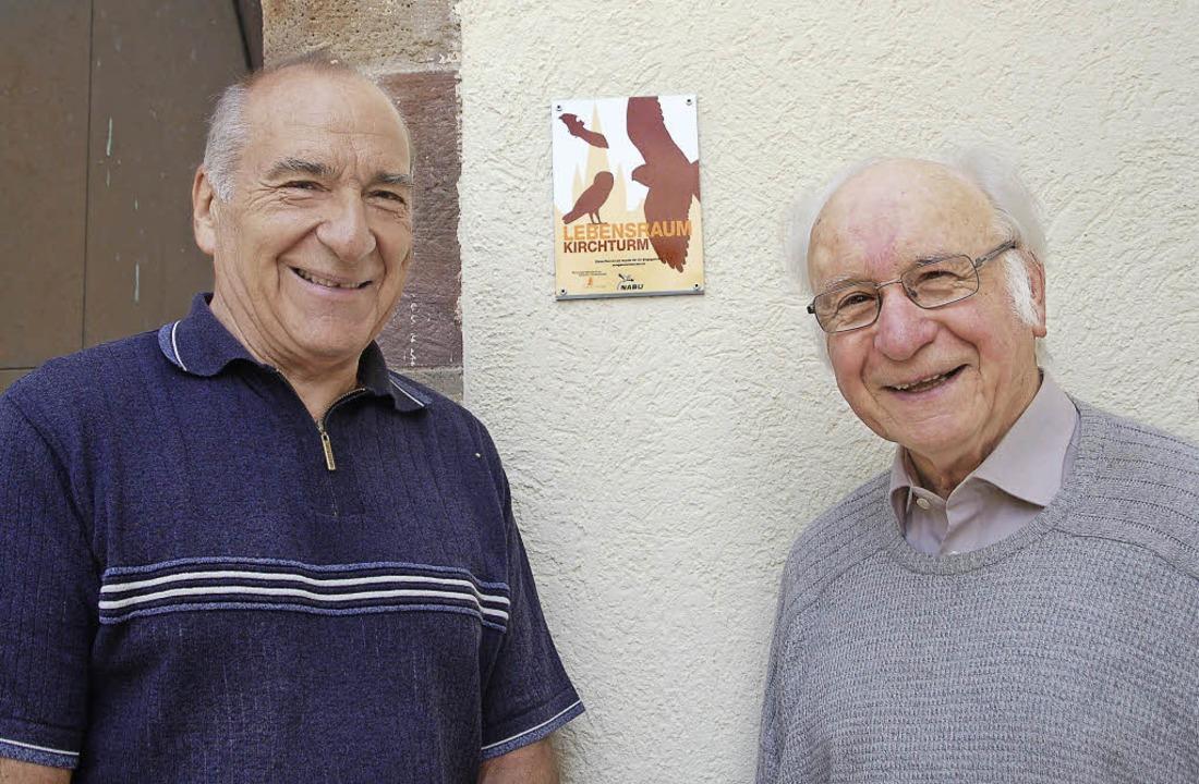 Vogelkundler  Karl Kuhn (rechts) und H...welches nun am Kirchturm zu sehen ist.    Foto: Petra Wunderle