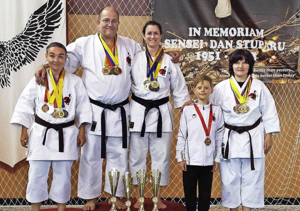 Die erfolgreichen  Kampfsportler aus S...ropameisterschaft in Galati, Rumänien.  | Foto: zvg