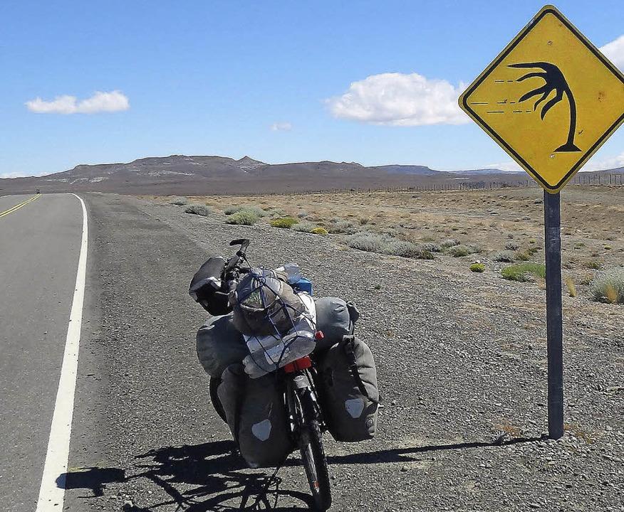 Windgepeitscht: Dorothee Flecks bepacktes Rad in Patagonien.  | Foto: Dorothee Fleck