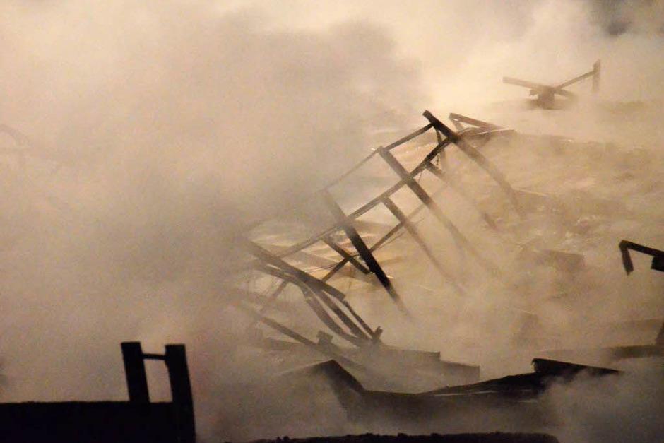 Großbrand im Schwarzwald: Die Lagerhalle eines Sägewerks in St. Blasien ist abgebrannt. (Foto: Sebastian Barthmes)