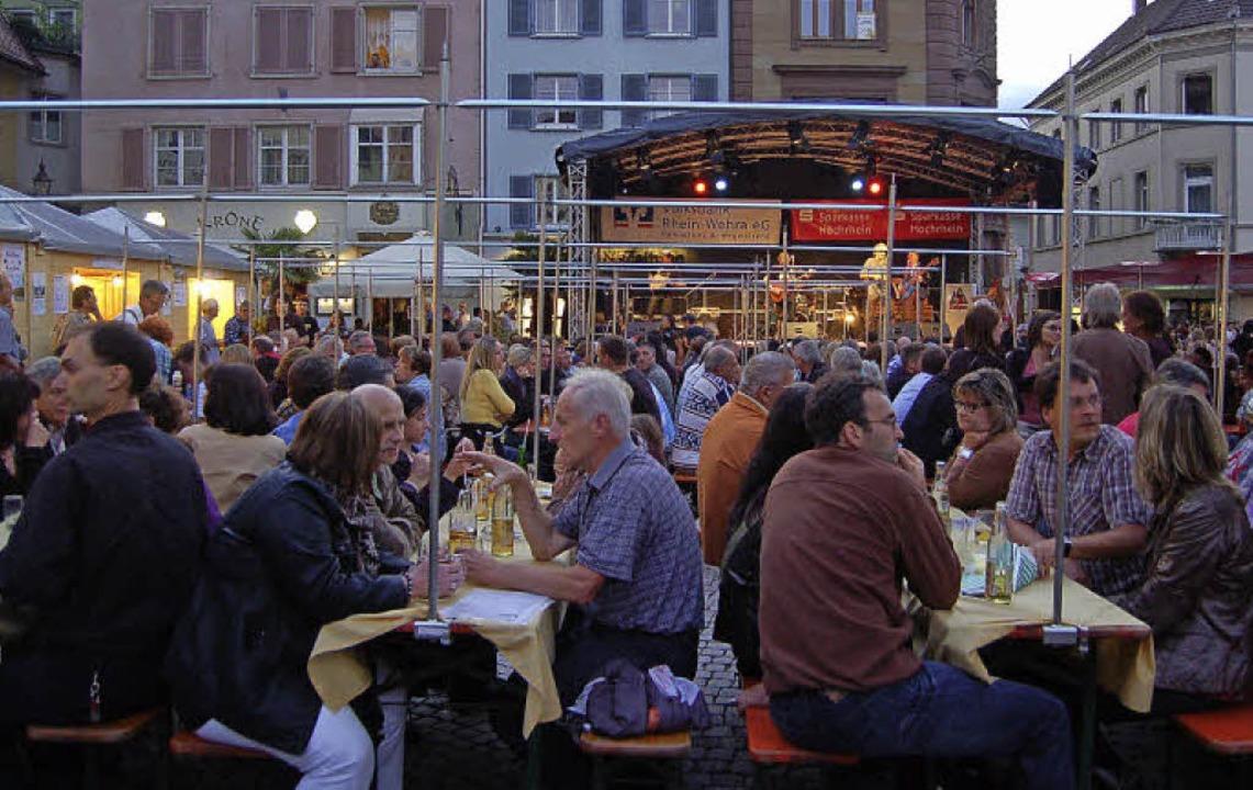 Gemütlich feiern lässt es sich beim Brückenfest in der Bad Säckinger Altstadt.   | Foto: Archivfoto: Hildegard Siebold